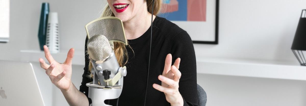 Ecoute en voyage d'un podcast - Femme faisant un podcast